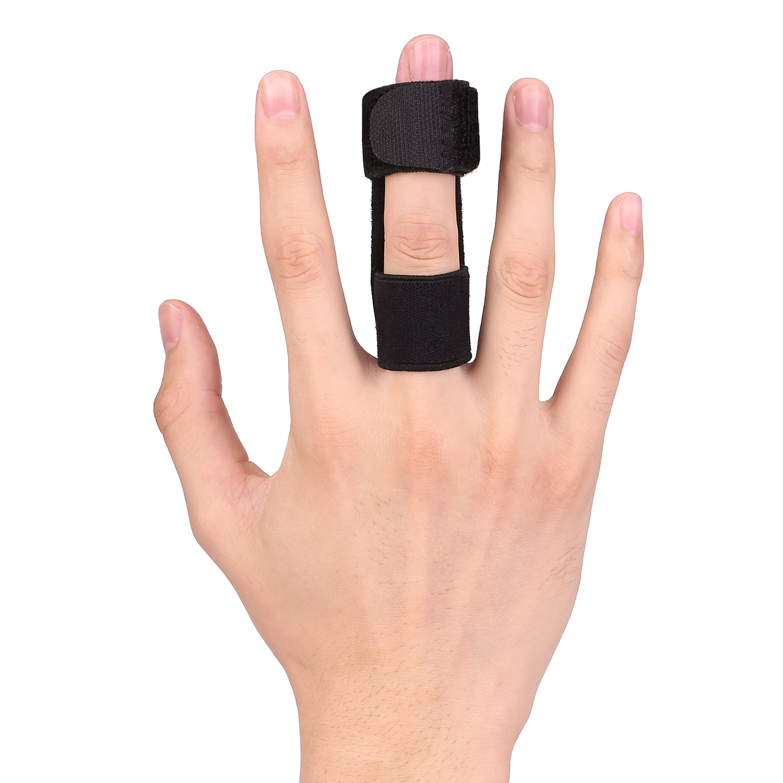 Imagen de mano con férula en el dedo