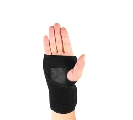 Imagen de mano con muñequera negra
