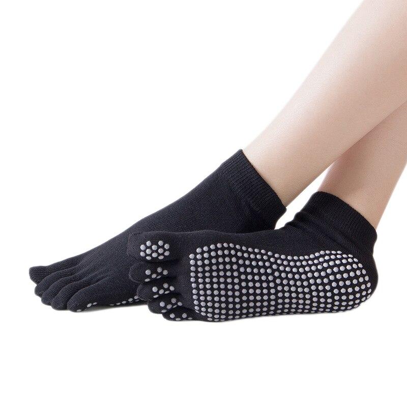 imagen de pies con calcetines antideslizantes